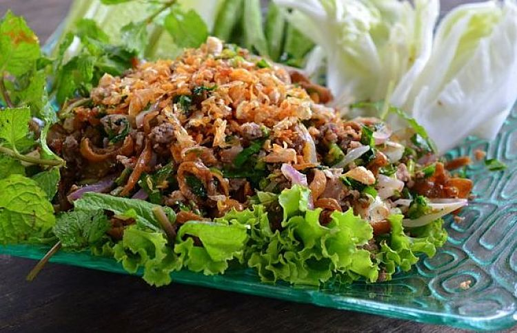 ap mu krop  is a variation on the standard lap, in that it is made with crispy deep-fried pork instead of quickly stir-fried or cooked pork