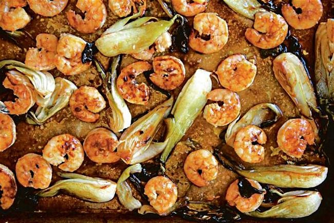Using a sheet pan you can cook seafood and a variety of vegetables at the same time. This is a quick and easy meal for the whole family. It is also ideal for snacks.