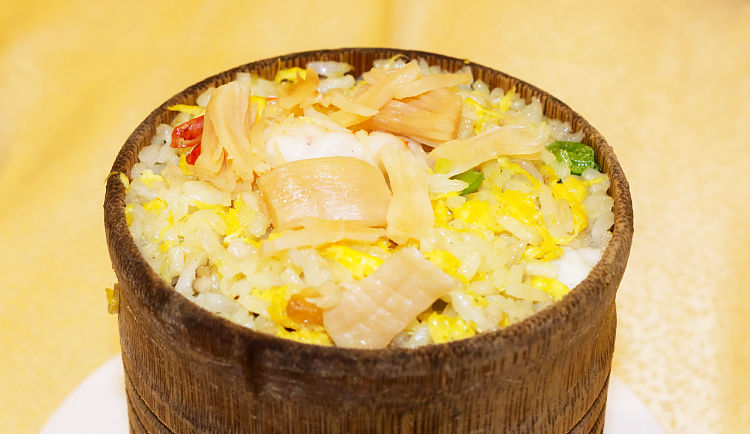 Seafood is ideal with special fried rice, with delicate tastes and soft textures that pair well with the rice.